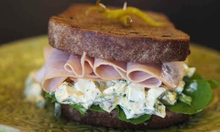 Zeytinli Ekmekle, Katı Yumurtalı ve Hindi Fümeli Sandwich Tarifi